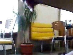 Девушка играет со своей киской в общественной библиотеке