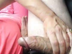 Жена сосет и глотает сперму в машине