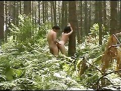 Незнакомец имеет зрелую женщину в лесу