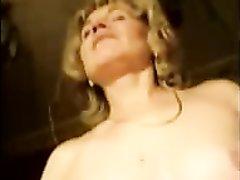 Зрелая русская проститутка согласилась сняться в любительском порно