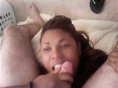 Полная негритянка сосет белый член и получает порцию спермы на лицо