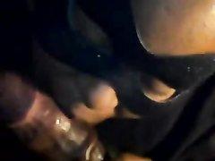 Негритянка в маске делает отличный минет своему мужчине
