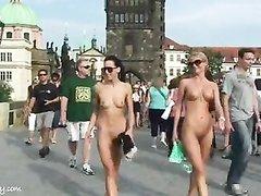 Две голые девушки гуляют по улицам города