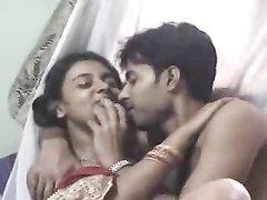 Молодожены из Индии снимают любительское порно в медовый месяц