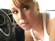 Молодая проститутка отсосала клиенту в машине