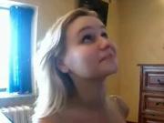 Прелестная блондинка сосет и получает порцию спермы на лицо