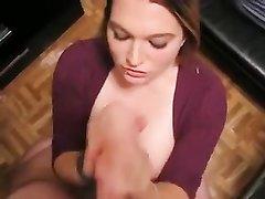 Девушка с натуральными большими сиськами дрочит член на коленях