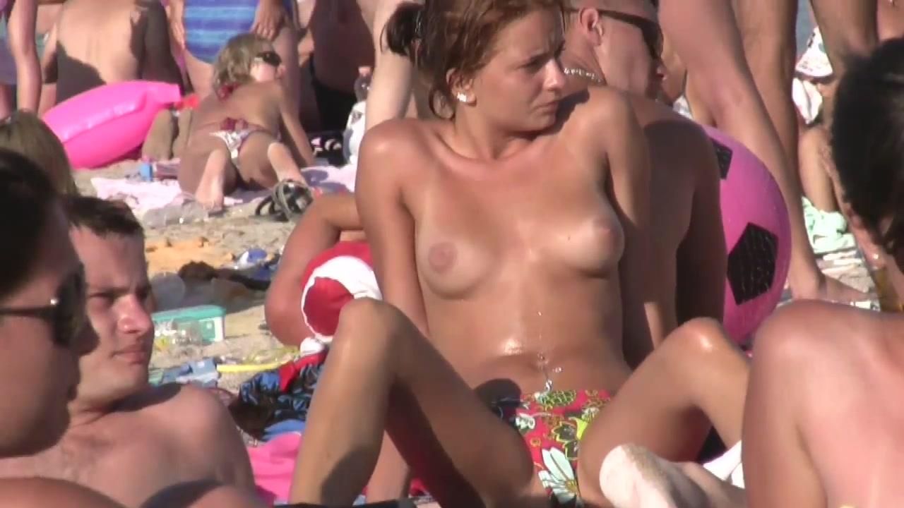 В кабинке на пляже стоит скрытая камера и снимает голые ...