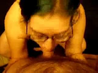 Милая девушка в очках сосет член и глотает сперму