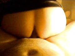 Я вижу толстую задницу своей жены, во время того как она скачет сверху