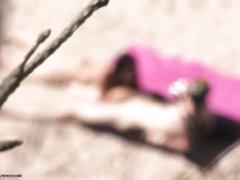 Сексапильная брюнетка взяла член своего любимого в рот на пляже