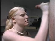 Блондинка с маленькими сиськами великолепно дрочит член своего парня