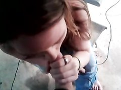 Девушка села на колени и взяла мой член в рот