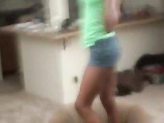 Девушка снимает селфи раздеваясь перед зеркалом