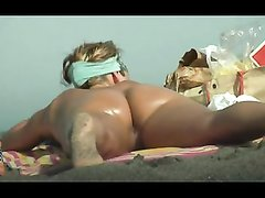 Киска голой девушки на нудистком пляже