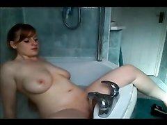 Грудастая студентка получает удовольствие от напора воды в ванной