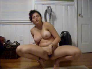 Еще одна девушка показывает на вебкамеру как она мастурбирует