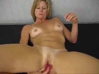Милейшая мама достигает оргазма от анальной мастурбации
