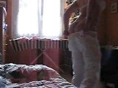Моя жена переодевается в спальне