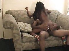 Чернокожая пара занимается домашним сексом в кресле