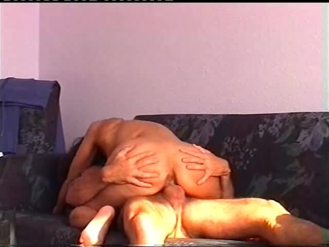 Жена оседлала мужа на диване