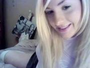 Голая блондинка позирует в кровати