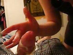 Девушка орально играет с твердым членом