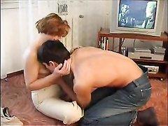 Зрелая русская женщина пришла к молодому парню в гости в надежде соблазнить его