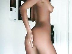Нереальная загорелая красотка танцует стриптиз перед вебкамерой
