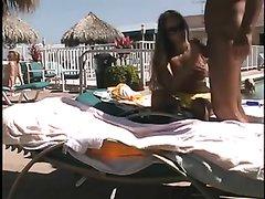 Любительский секс женатой пары возле бассейна
