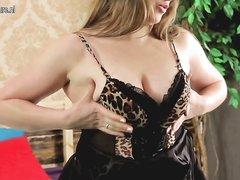 Полная зрелая женщина показывает свое тело перед сексом