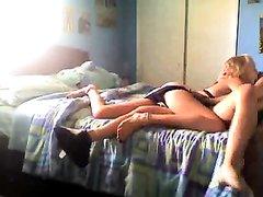 Скрытая камера поймала как молодая лесбиянка изменяет своей девушке