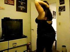 Сексуальная толстушка танцует