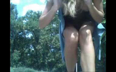 Молодая девушка сильно сквиртит во время мастурбации в общественном парке