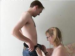 Молодая домохозяйка в очках и в чулках