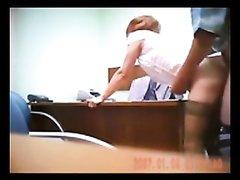 Женщина дала своему коллеге прямо в офисе