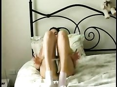 Молодая брюнетка показывает как она любит мастурбировать
