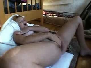 Сексуальная блондинка мамаша мастурбирует и сквиртит