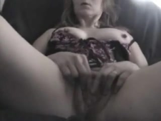 Пожилая женщина трахает свою киску пальчиками крупным планом перед вебкамерой