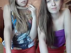 Две молодые русский студентки подружки раздеваются перед вебкамерой