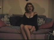 Худая домохозяйка играет со своей киской на диване