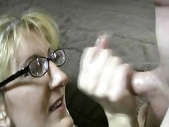 Жена сосет мужу, который кончает ей на очки