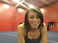 Молодая гимнастка раздевается и занимается гимнастикой абсолютно голая