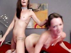 Две лесбиянки делят один двойной дилдо на двоих