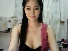 Милая тайская девушка мастурбирует перед вебкамерой