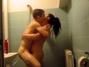 Странное домашнее порно в душе