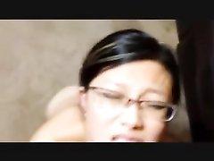 Подруга азиатка в очках делает отсос