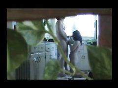 Одинокая домохозяйка соблазняет сантехника - скрытая камера