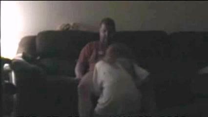 Муж и жена в зале на диване