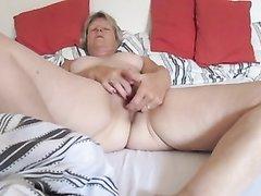 Пожилая женщина мастурбирует в кровати